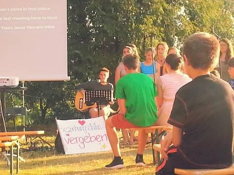 Jugendgottesdienst bei der Teens Freizeit im Sommer mit Worship