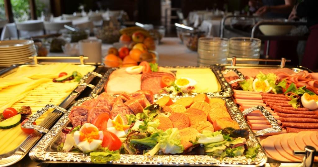 leckeres Abendessen mit Wurst und Käse sowie Obst und anderen kulinarischen Leckereien
