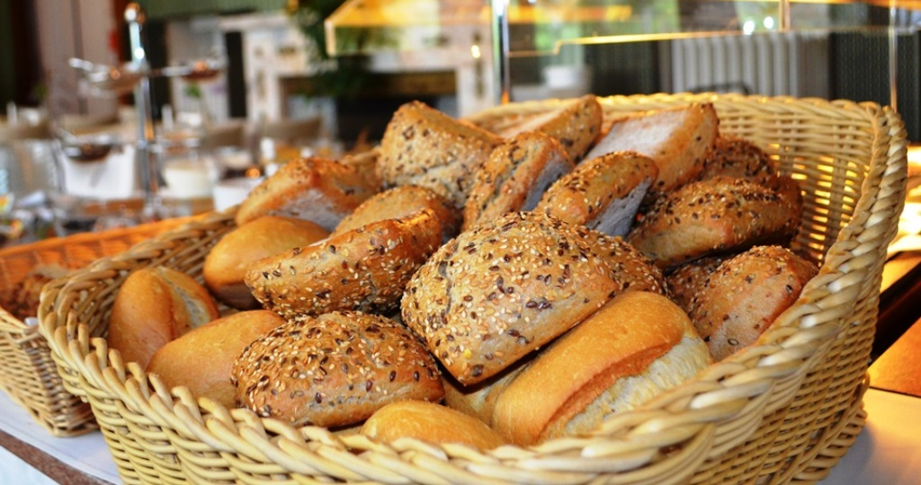 leckeres Frühstück mit Brötchen, Wurst, Nutella, Honig und vielem mehr in Schlossatmosphäre