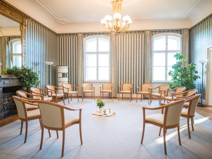 Stuhlkreis für Seminare mit dekorierter Mitte