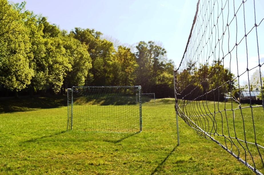 Sportplatz mit Toren zum Fußball spielen und Volleyballnetz