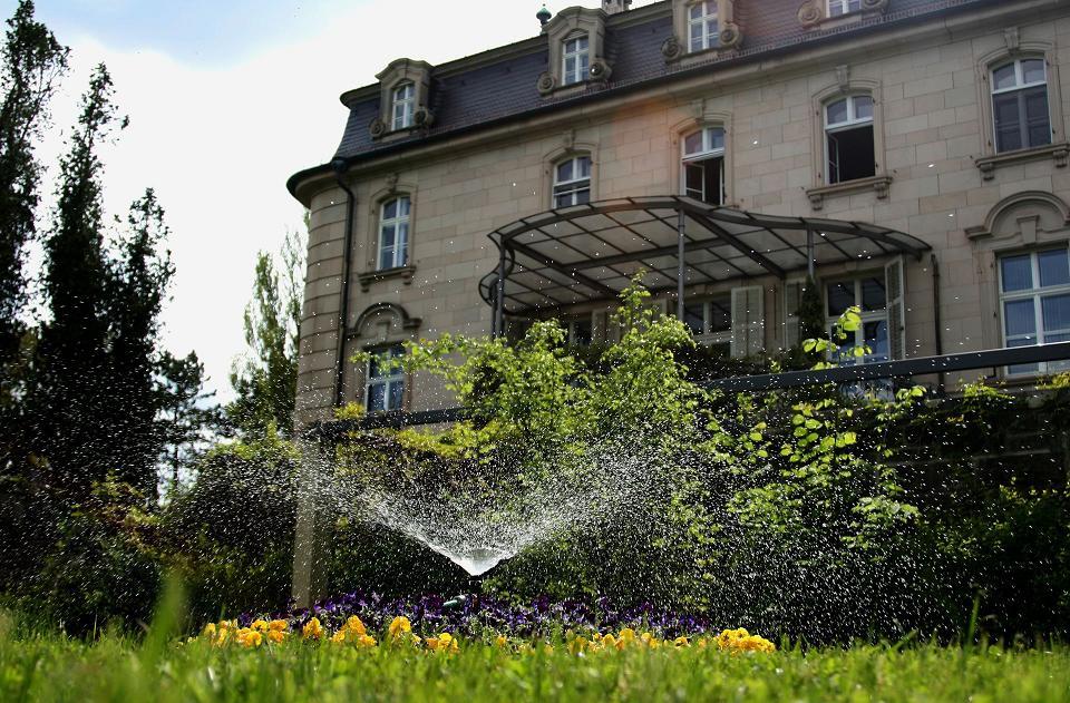Schloss Craheim mit grüner Wiese und Blumen
