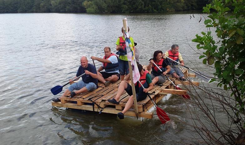 Floß bauen als Aktion für Mitarbeiter Teambuilding