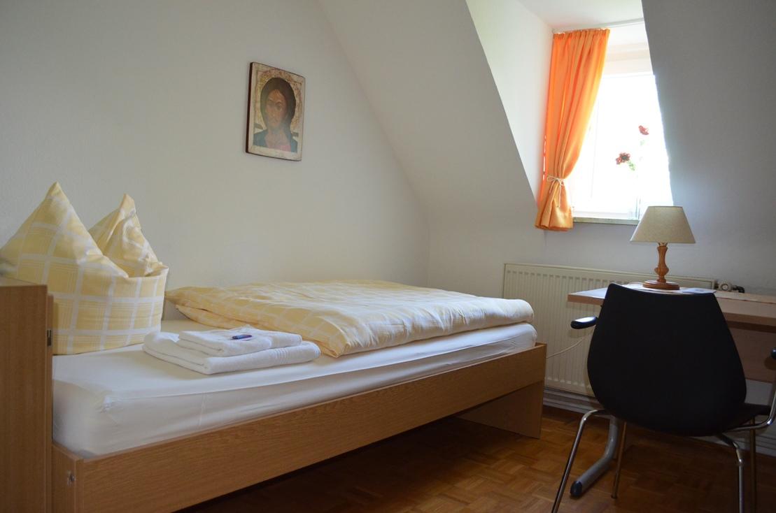 Zimmerbeispiel im Franziskushof zum Einkehren mit vielen schlichten Einzelzimmern und Doppelzimmern