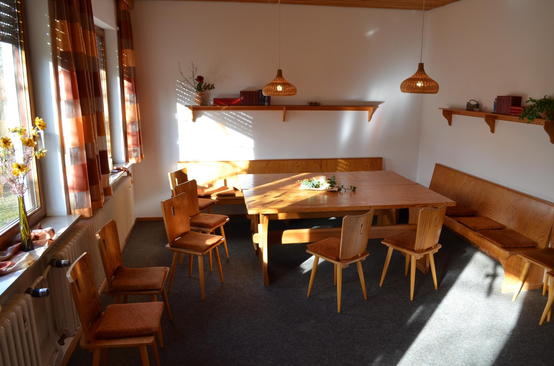 kleiner Gruppenraum im Gästehaus zum Basteln und Zusammensein