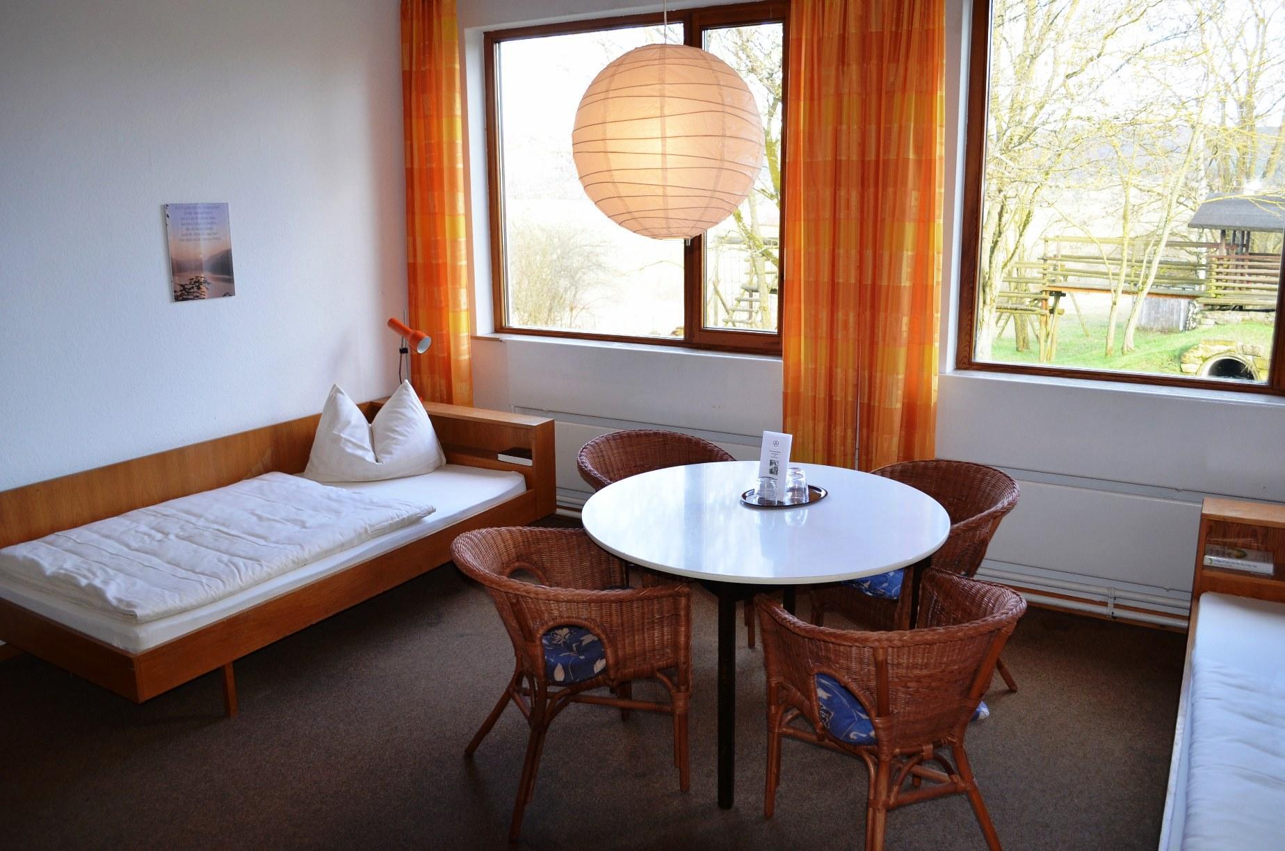 Zimmerbeispiel im Gästehaus mit vielen Doppelzimmern und Mehrbettzimmern