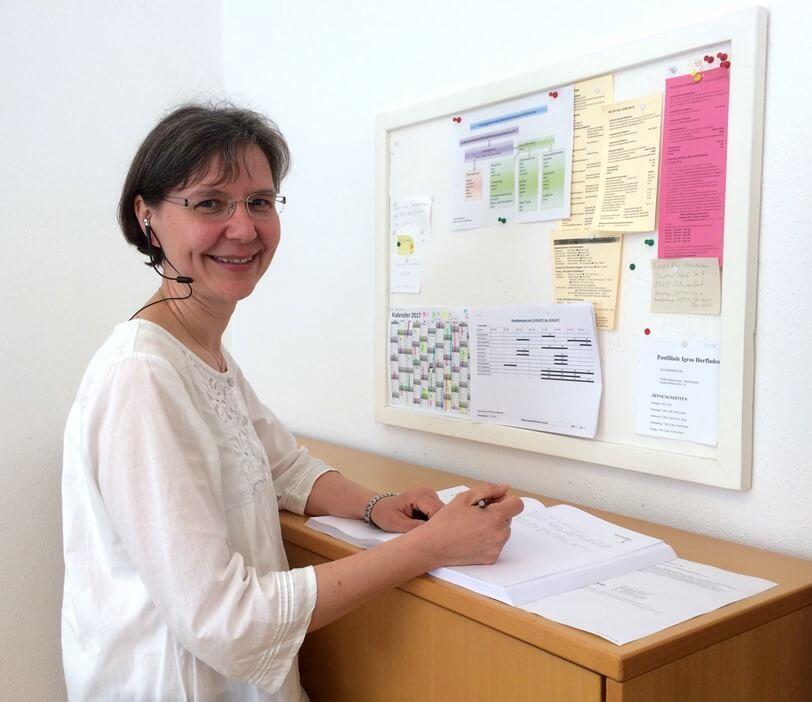 Mitarbeiterin der Rezeption kümmert sich um Gästeanliegen im Seminarbetrieb