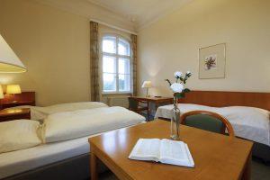 Zimmerbeispiel im Schloss mit Doppelzimmer und Zustellbett als Mehrbettzimmer