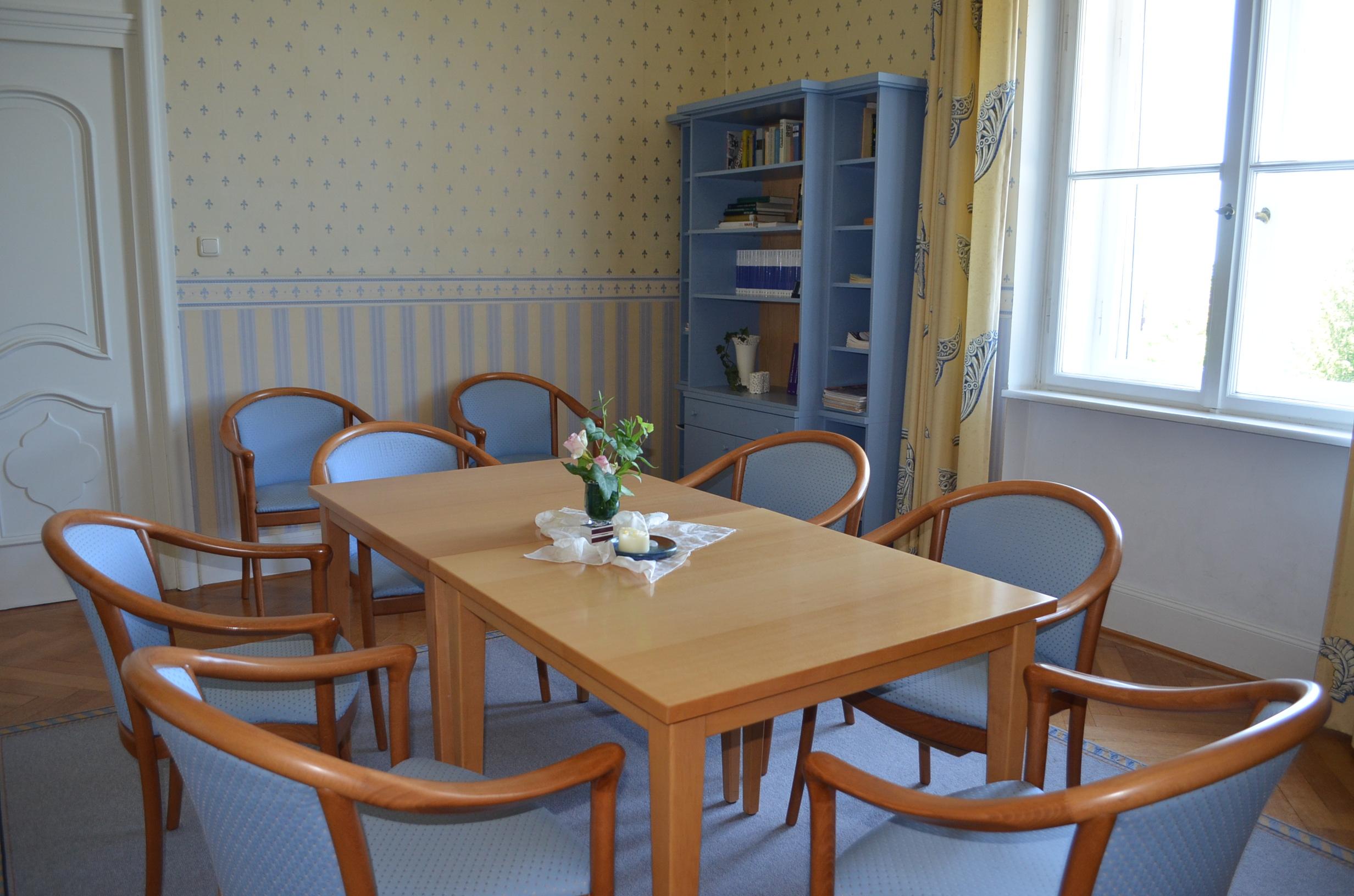 kleiner Gruppenraum für christliche Seminare und Freizeiten in Schlossambiente mit Wohlfühlatmosphäre