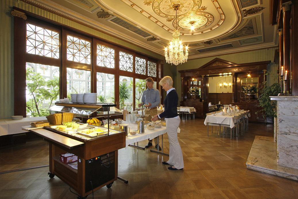 Speisesaal im Schloss mit Buffet
