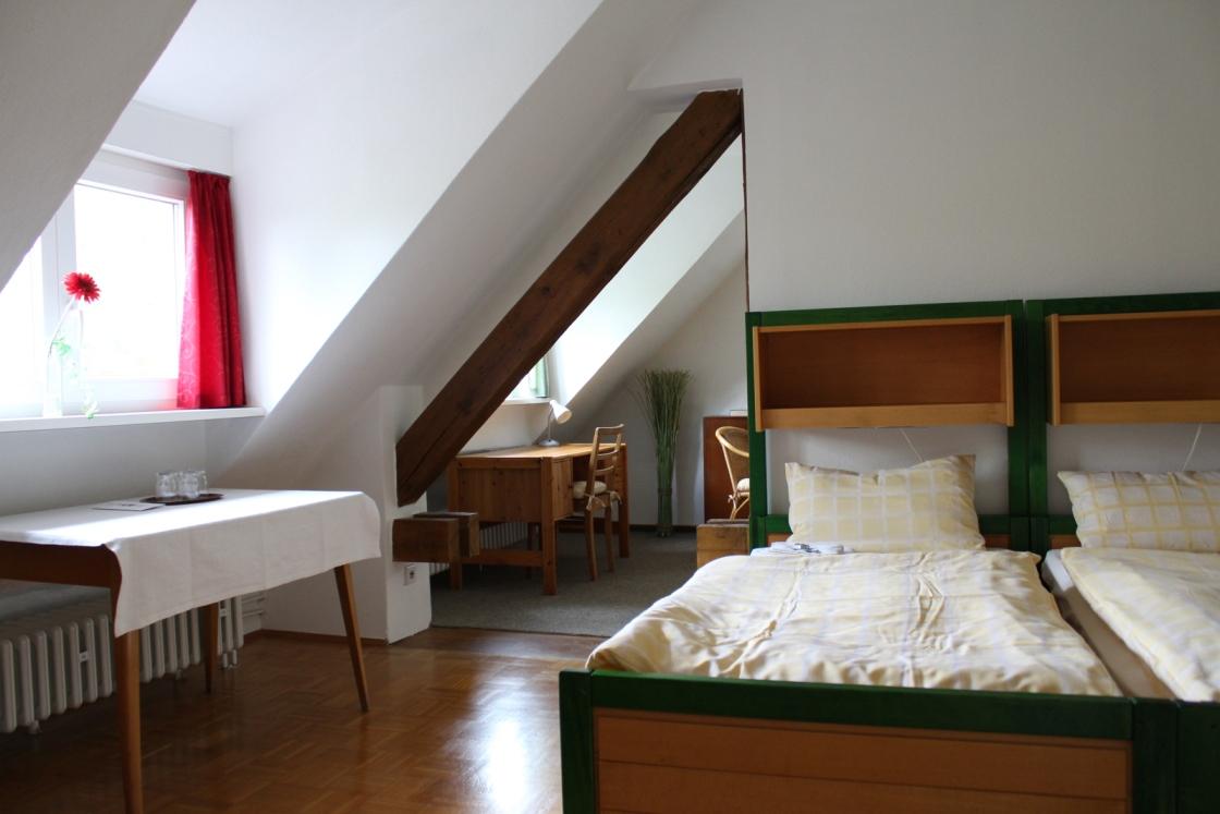 Zimmerbeispiel im Franziskushof zum Einkehren mit vielen Einzelzimmern und Doppelzimmern