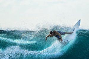 Surfer der das volle Leben repräsentiert, das wir in Jesus haben