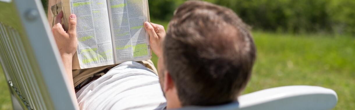Bibel lesen im Freien