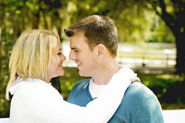 Ehepaar liebt sich und umarmt sich