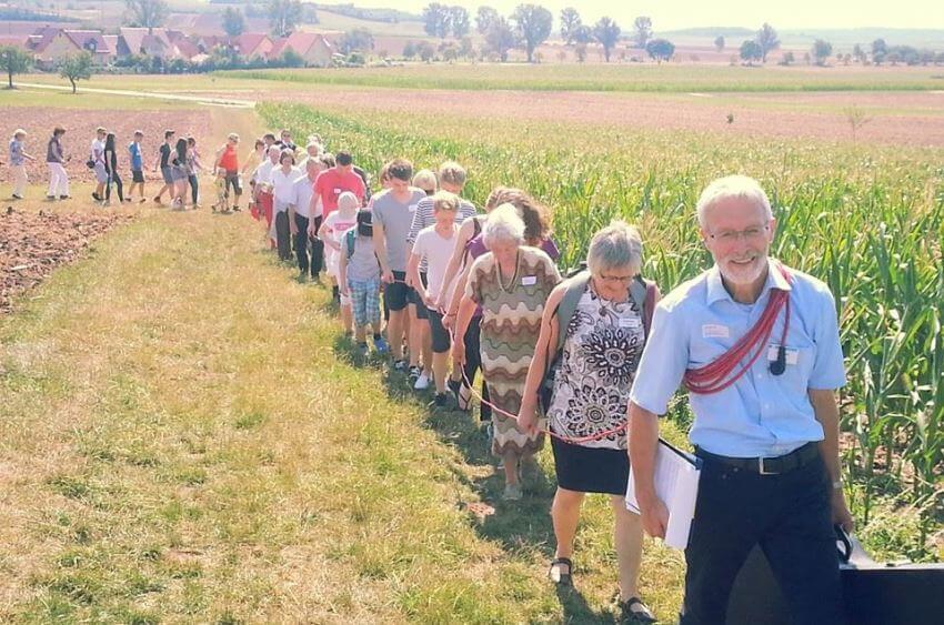 Gottesdienst im Sommer unterwegs in den Feldern vor Schloss Craheim