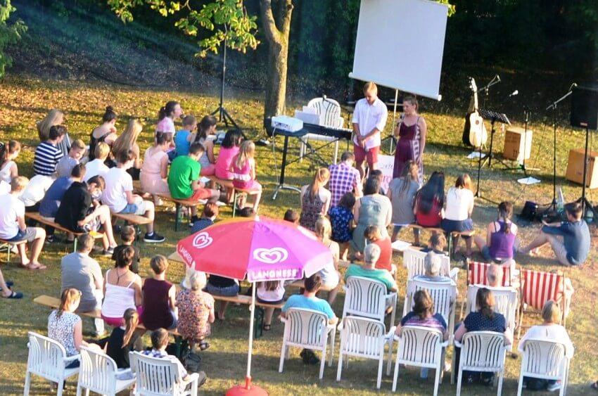 Gebet beim Gottesdienst im Freien während der Sommerfreizeit auf Schloss Craheim
