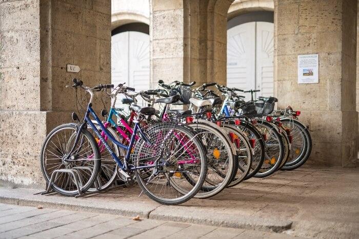 Fahrräder in der Reihe aufgestellt, die kostenfrei von Gästen ausgeliehen werden können