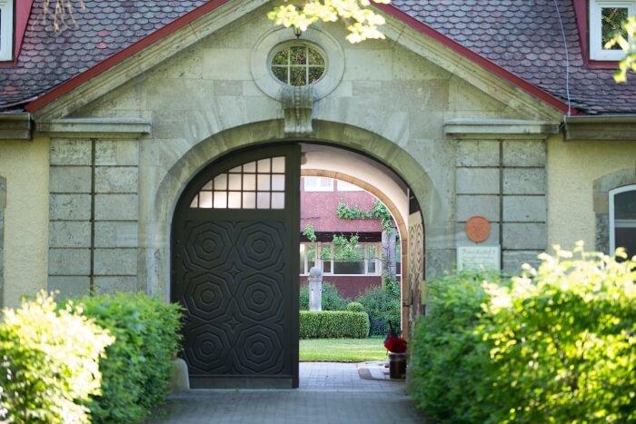 Der Eingang des Franziskushofes, der als Haus für Stille und Gebet steht