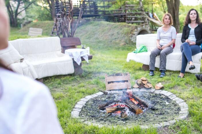 Lagerfeuerstelle mit Bänken zum Grillen, Beisammensein und Singen