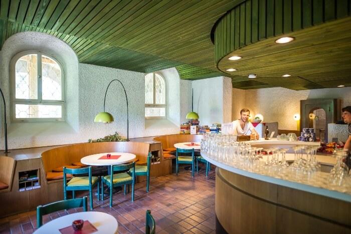 Der Schlosskeller mit Bar und Tischgruppen zum gemütlichen Beisammensein am Abend und Selbstbedienung bei Getränken und Snacks