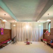 Innenansicht des Gebetsraumes mit Sitzbänken