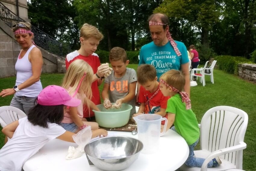 Die Familienfreizeit auf Schloss Craheim im Sommer beim Geländespiel