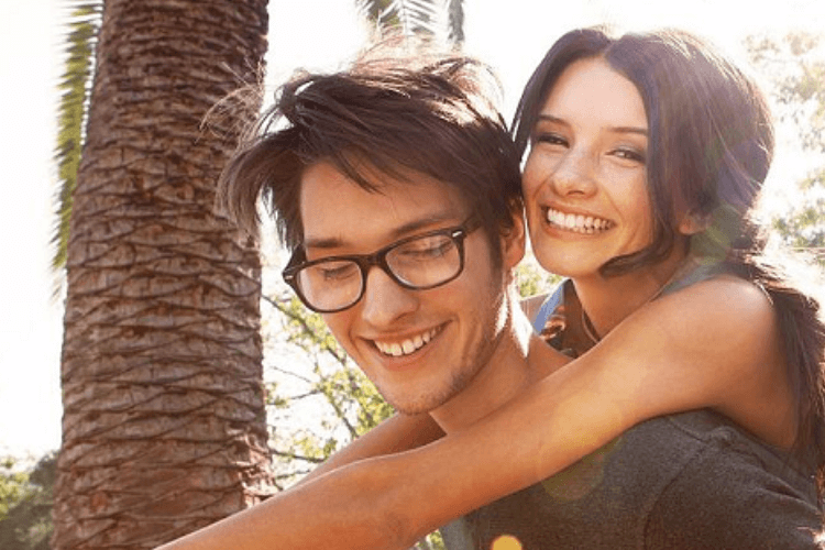 Junges verliebtes Paar beim Eheseminar