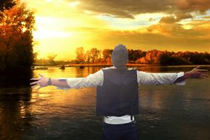 Seelsorge begleiteter Mann mit offenen Armen