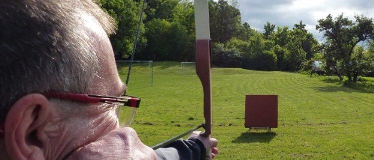 Teilnehmer schießen Bogen beim Bogenschießen Seminar