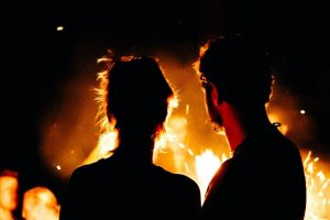 Ehepaar am Lagerfeuer