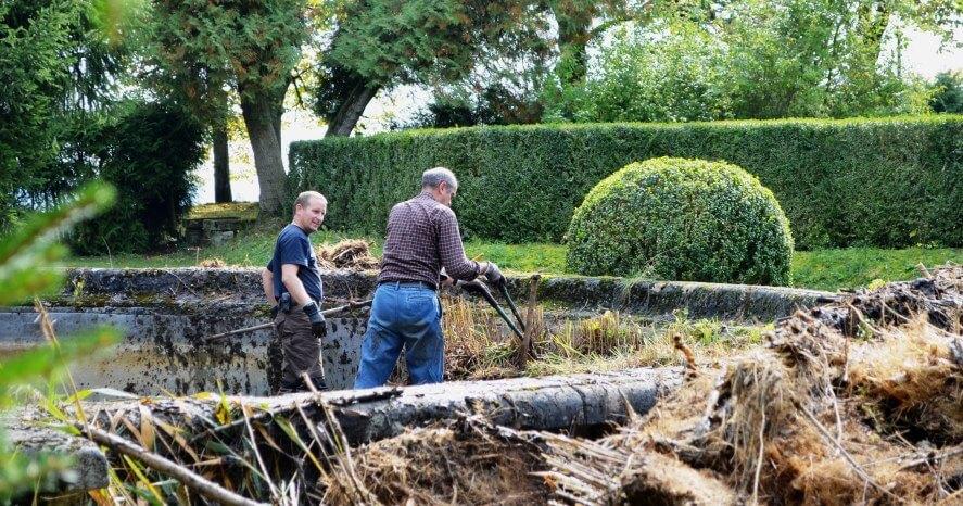 Erneuerung des Schlossteichs während der Werkwoche im Herbst