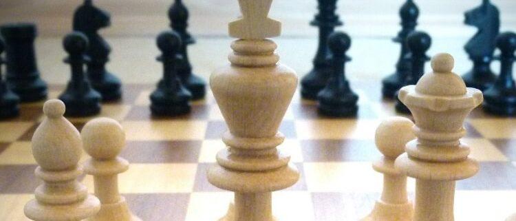 Schachbrett mit Figuren symbolisiert Familienaufstellung