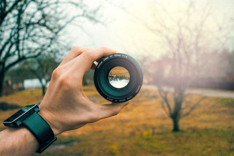 Mann mit Foto Objektiv