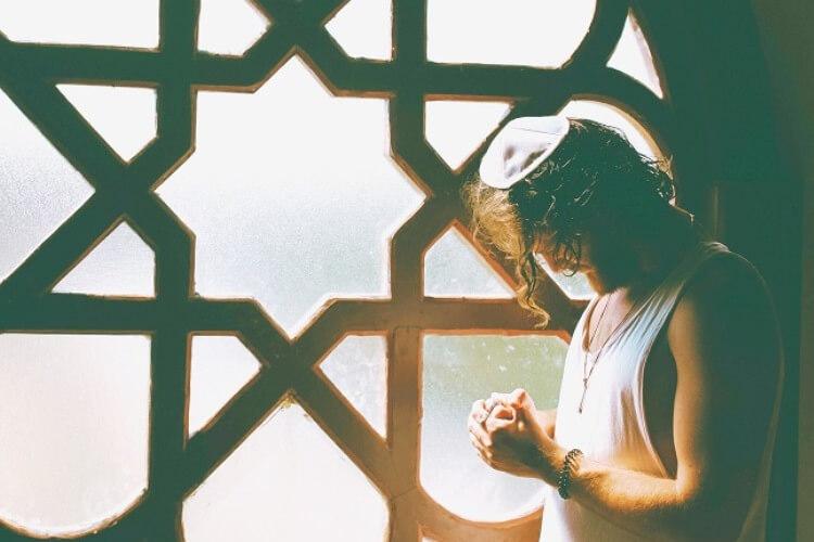 Jude betet mit Davidstern im Hintergrund