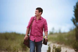Mann läuft mit Bibel