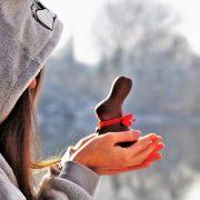 Junge Frau freut sich auf Ostern und den Schoko Osterhasen