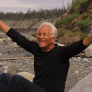Älterer Mann freut sich älter zu werden