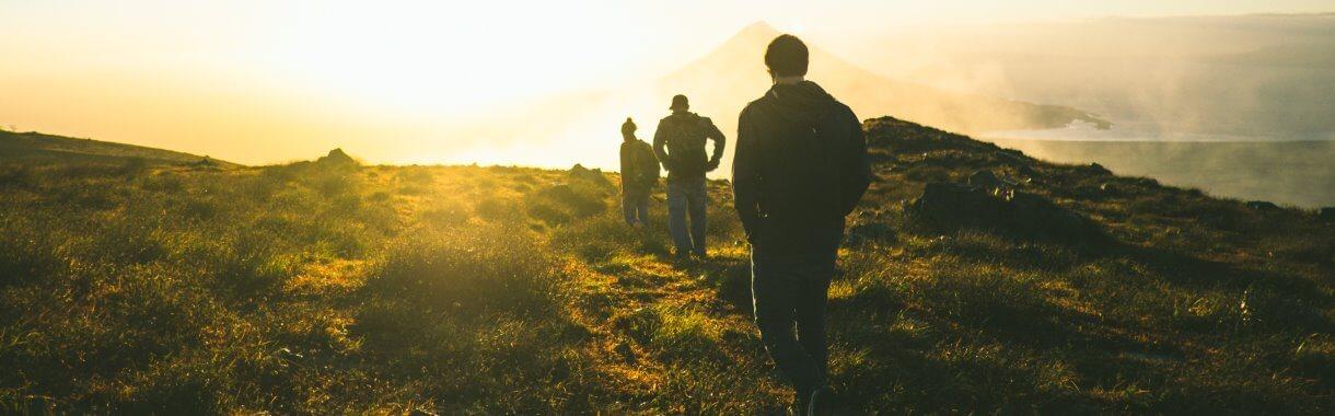 Junge Erwachsene beim Wandern
