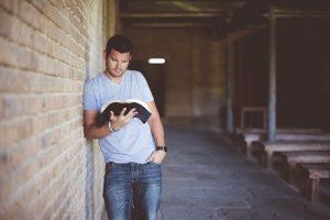 Junger Erwachsener beim Bibel lesen
