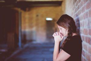 Junge Frau beim Beten