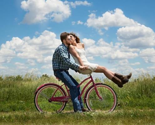 Paar auf einem Fahrrad sitzend
