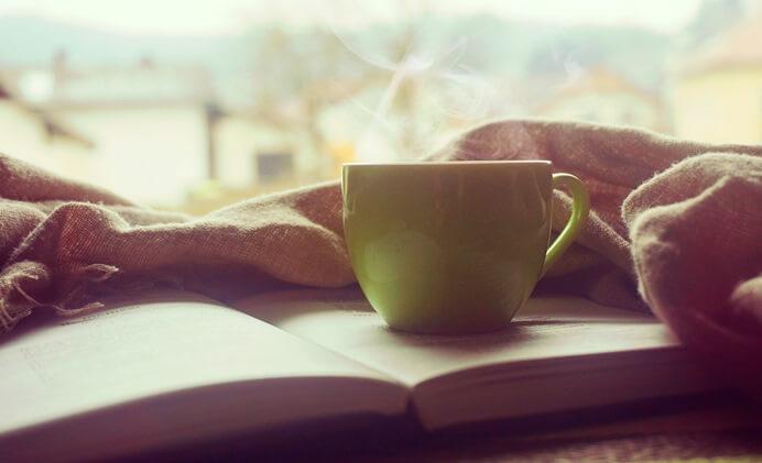 Kaffeetasse und ein gutes Buch zum Lesen